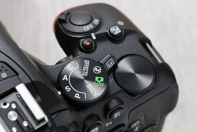 D5600ではカメラ上面にある撮影モードダイヤルを「S」の位置にします