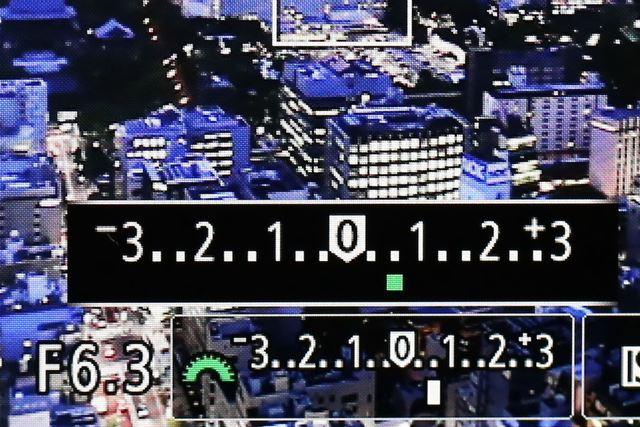 露出補正の値はモニター画面に表示されます。画像はEOS M10の画面で、露出補正を+0.7にしています