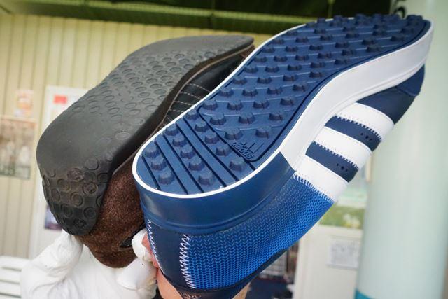 通常のスニーカーとは違い、芝の上や傾斜でも滑りにくいようにソールが滑りにくくなっています