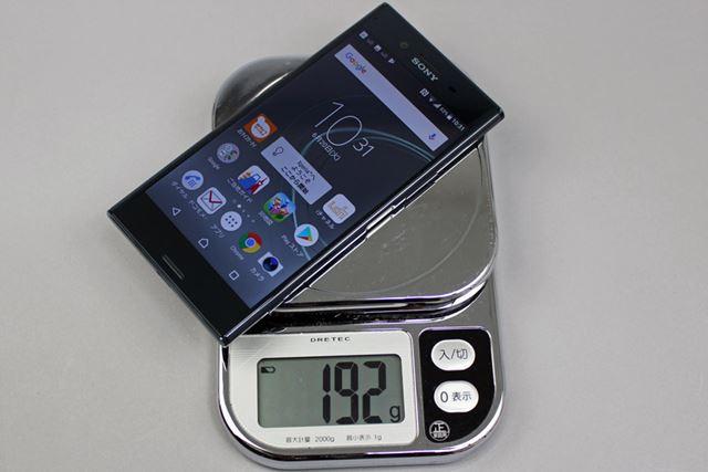 microSDメモリーカードが装着された状態で計測した重量は192g。金属とガラスのボディなので重量感がある