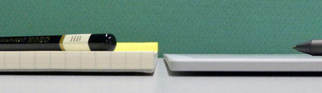 本体の厚さも比較してみた。「DPT-RP1」は厚さ5.9mmで、70シートのレポート用紙よりも薄い