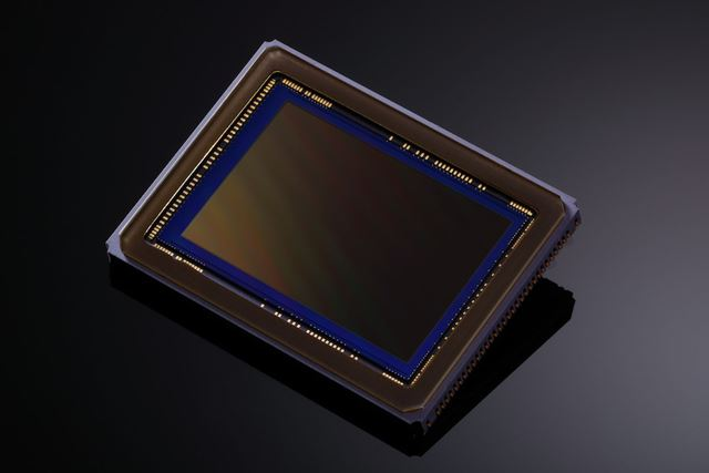 有効約2620万画素の35mmフルサイズCMOSセンサーを採用