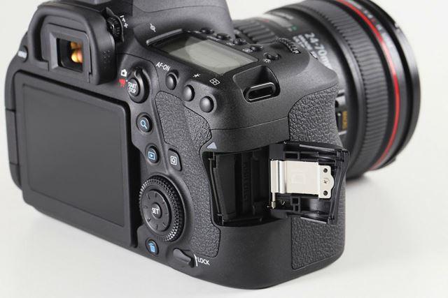 UHS-I対応のSD/SDHC/SDXCメモリーカードスロットを採用