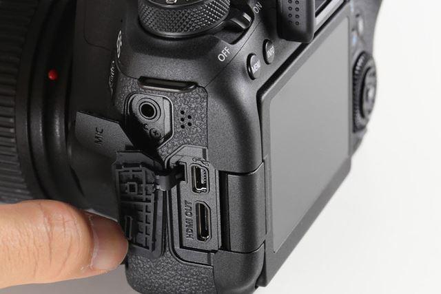左側面にマイク入力端子、デジタル端子、HDMIミニ出力端子を装備