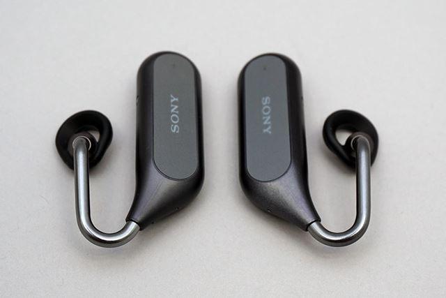 下掛けスタイルの独特の装着方法を採用するイヤホン本体。左右の接続は接続が切れにくいNFMIだ