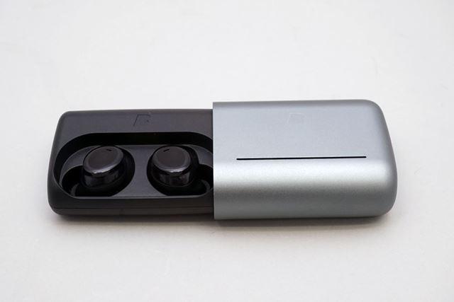 専用ケースはスライド式。5回フル充電できる大容量バッテリーを内蔵
