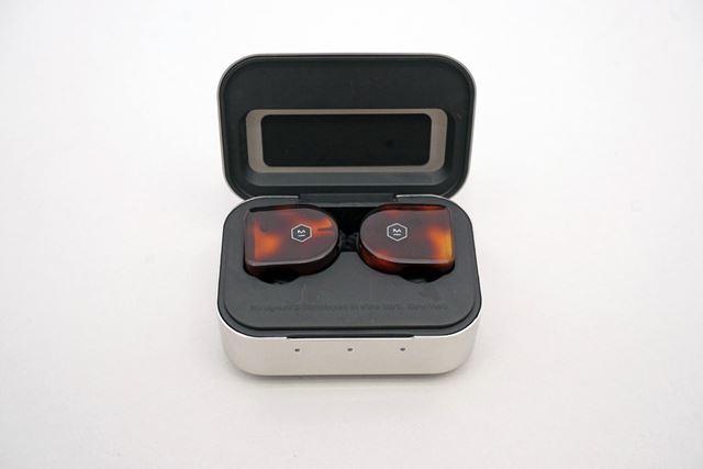 専用充電ケースはポリッシュ仕上げのステンレス製。見た目はまるで宝石箱のよう