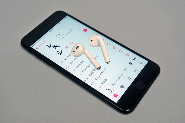 Bluetooth方式のワイヤレスヘッドホン&イヤホンが急速に拡大(写真はiPhone 7 PlusとAirPods)