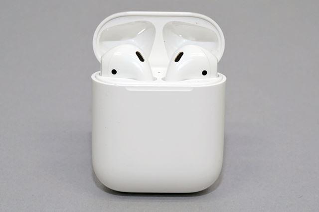 イヤホン本体は、バッテリー内蔵の専用ケースで充電。専用ケースの充電もLightningケーブルを使う