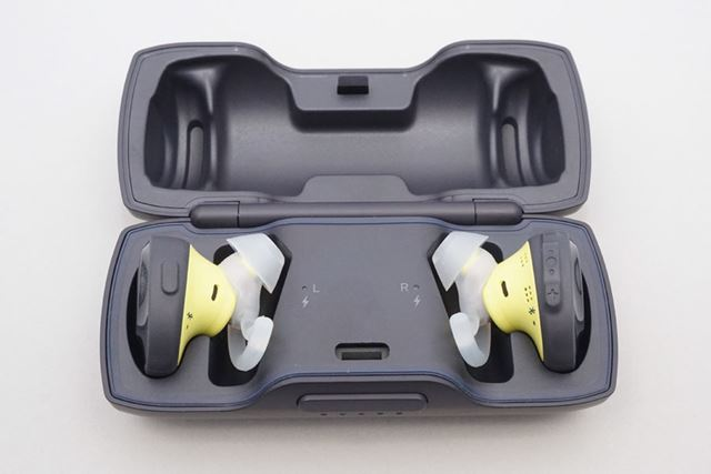 充電は専用ケースを使用。満充電で約5時間の音楽再生が可能だ