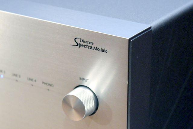 本体フロントの入力切替スイッチ上にも、「Discrete SpectraModule」のロゴを配置