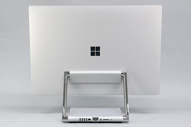 ディスプレイの背面にWindowsロゴが配置されている。余計な装飾ないシンプルなデザイン