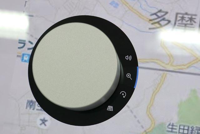 Windows 10のマップアプリでは、Surface Dialを使って、地図を回したり、拡大したりできる