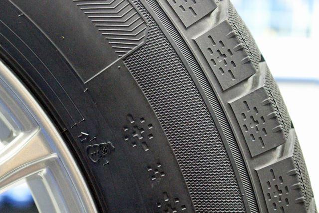 サイドウォールには、冬季製品であることを伝える雪の結晶をモチーフにしたデザインが刻まれている