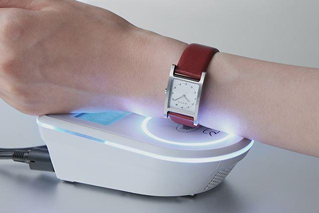 「wena wrist leather」は電子マネー機能「楽天Edy」のみを搭載したシンプル設計