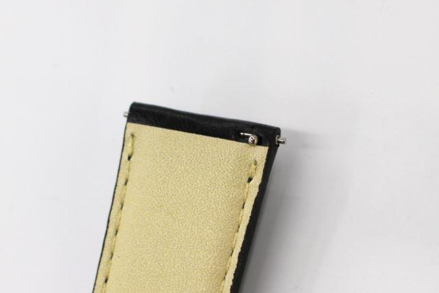 レザーバンドとヘッド部の着脱はレバーピン方式を採用。ワンタッチで付け替えられる