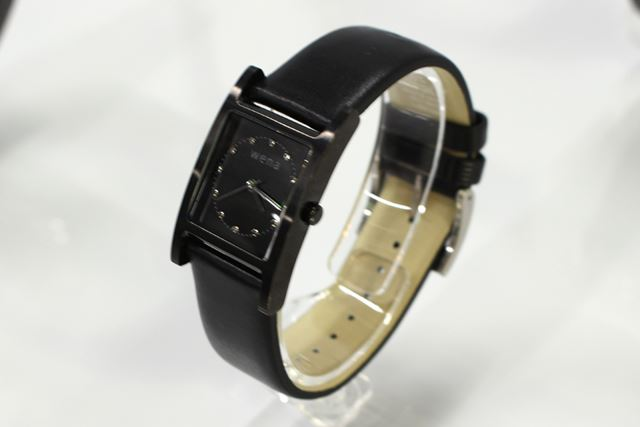 「wena wrist Three Hands Square Premium Black」と「wena wrist leather」のブラック