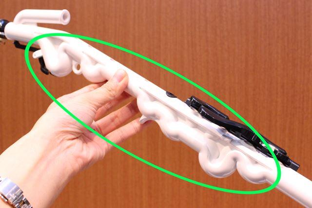 内部で蛇行して配置された主管の形にあわせ、本体背面も蛇行した形状になっている