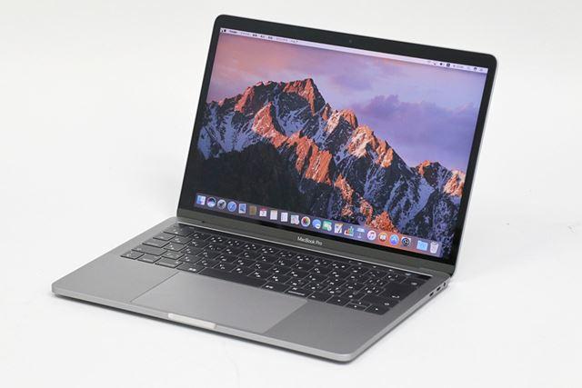 Touch Barを搭載するMacBook Proの13.3型モデル。サイズや重量はTouch Barなしのモデルと変わらない