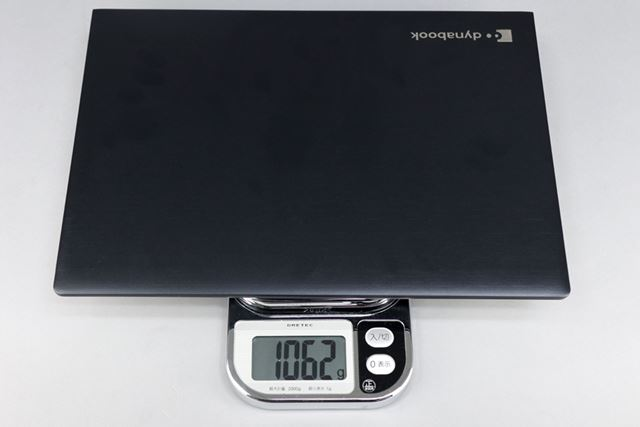 重量はカタログ値で約1090g。実測は1062gとカタログ値よりも軽かった