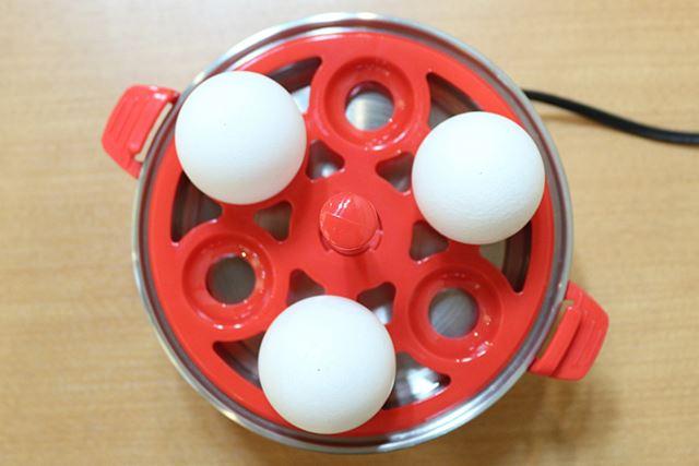 卵は穴を空けたほうを上にして、ヒーティングプレートに重ねたエッグトレイに置きます
