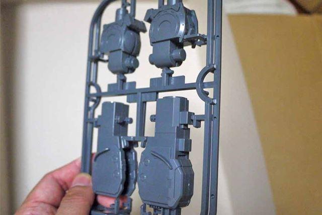 なんとランナーごとくっつけて、後でパーツを切り取るという斬新な組み立て方も!