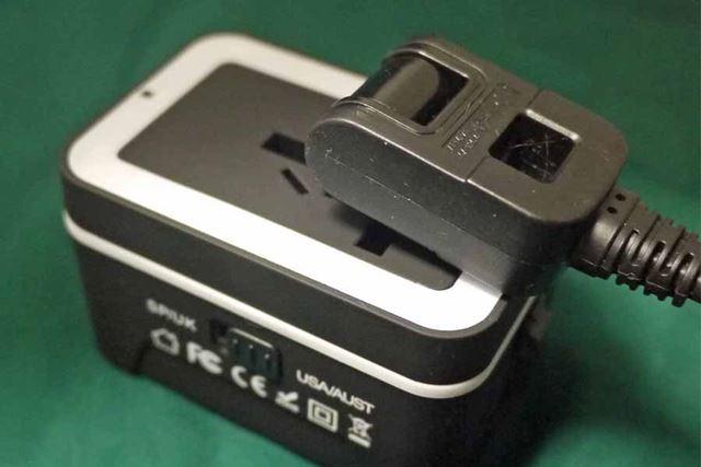 こんなふうに使います。電源タップを挿し込めば、現地でも複数のA型が使用できますね