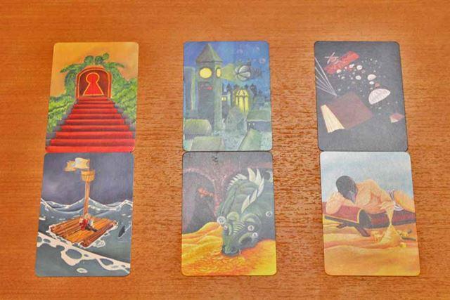 これが語り部の手札だとして、例えば上段真ん中のカードを「未来」と名付けます