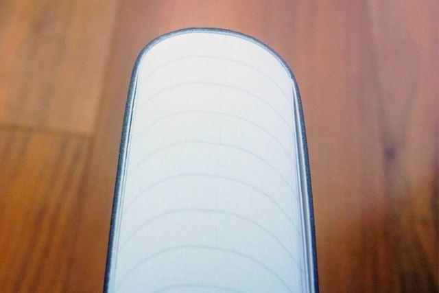 角がない曲線が美しい「ジークエンス360ノート」の背表紙。この丸みが高い柔軟性を可能にしております
