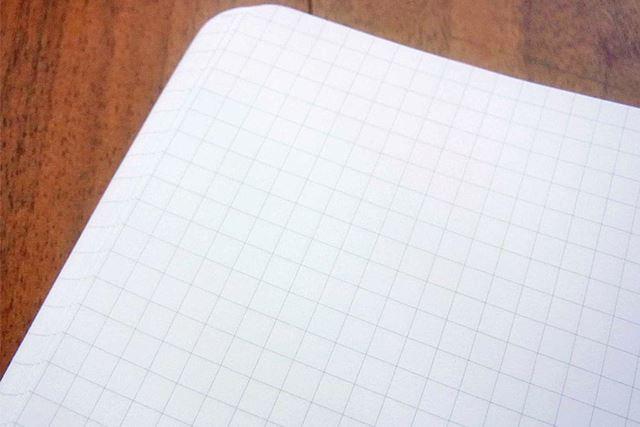 ノート部分は控えめな色合いの方眼です。横罫(よこけい)のものもあります