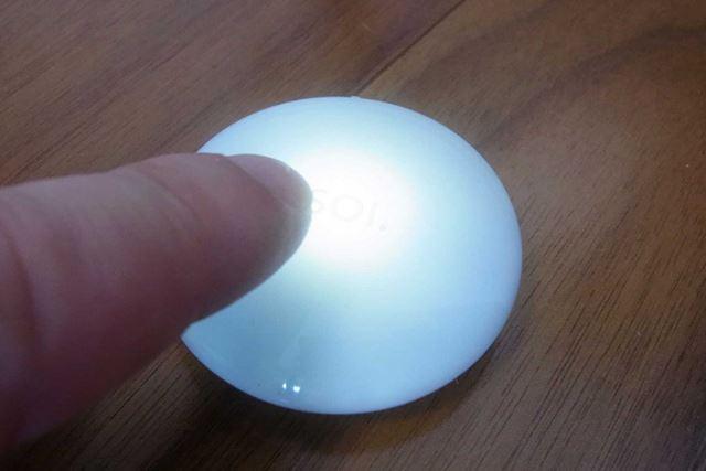 手をかざしたり、軽く触れたりすると点灯します。その後約6秒間点灯し、自動的に消灯します
