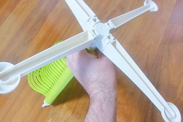 組み立てというほどではありませんが、ハンガー部分と脚の部分を固定します。4本固定したら終了