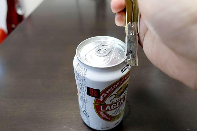 当然、注ぎ口からは出てこないので、缶切りで開けて…