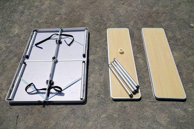 テーブルの内側から付属品をすべて出します