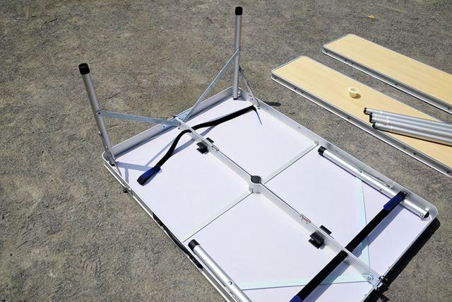 テーブルの脚は伸ばすだけの1アクションで完成