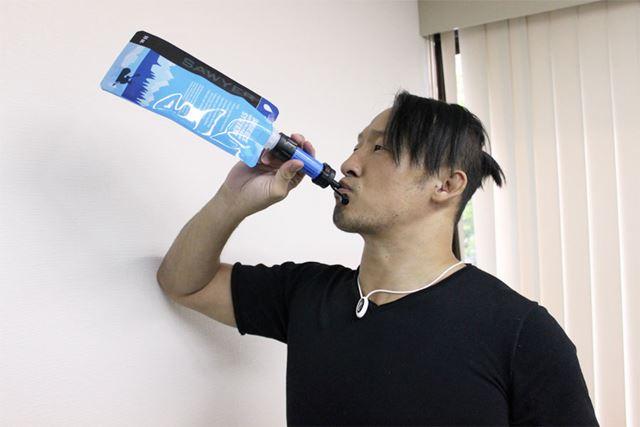 付属のパウチでも飲んでみたが、結構圧力をかけないといけないから、硬いペットボトルだと難しそうだ