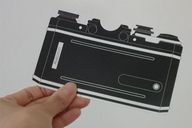 ファインダー側のカメラがモチーフになったステッカー。いったい何用なのか?