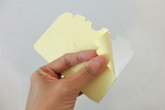 ステッカーは少し厚みのある素材。裏側の剥離紙をはがすとそのまま貼ることができます