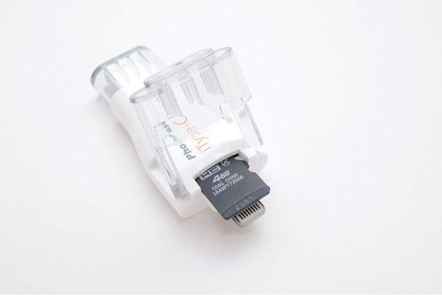 記録媒体であるmicroSDカードはこの部分に挿し込みます