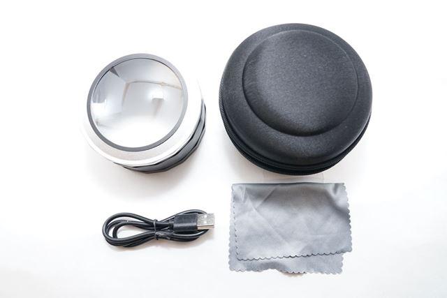 内包物は、デスクルーペ本体、専用ケース、充電用充電ケーブル、レンズクリーニング用のクロスです