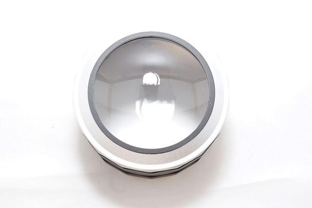 本体です。レンズの直径は約7cm