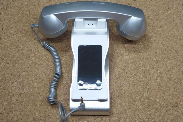 スタンド部分は普通のスタンドですが、受話器はまさに昭和の家電です