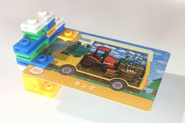 パッケージにあったロボットを組み立ててみました。手でカードを持っているようでかわいい!