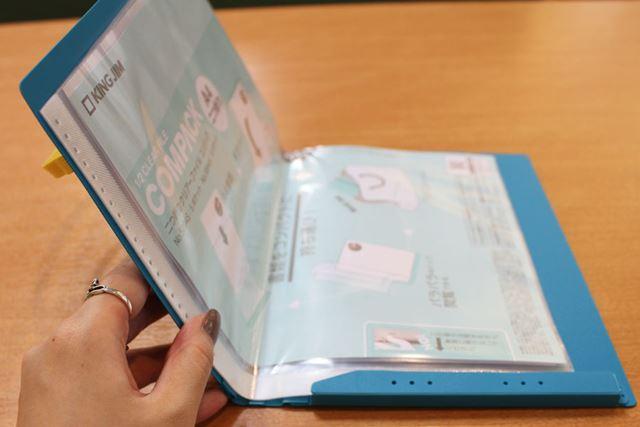 ファイルを開くと、A4サイズのポケットが横向きに配置されていますが、私の親指から左までしか固定されていないのがわかるでしょうか?