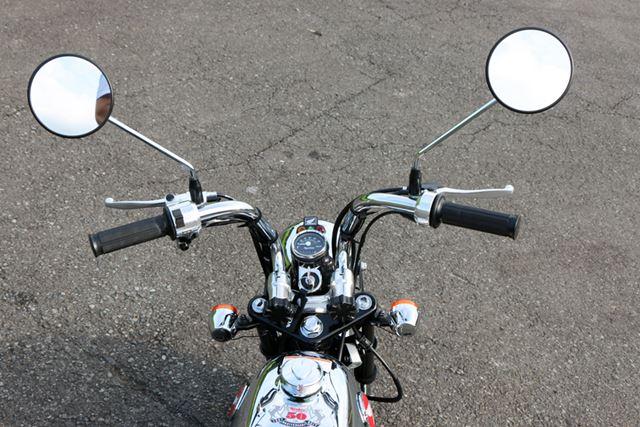 コックピット周りも質感の高いルックス。ハンドルは折り畳めるので、コンパクトに車載することができる
