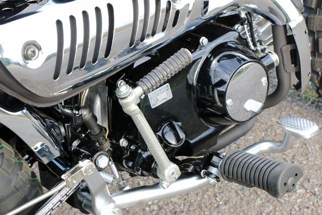エンジンの基本的な構造は同一だが、燃料供給が電子化された最新スペックのものを搭載