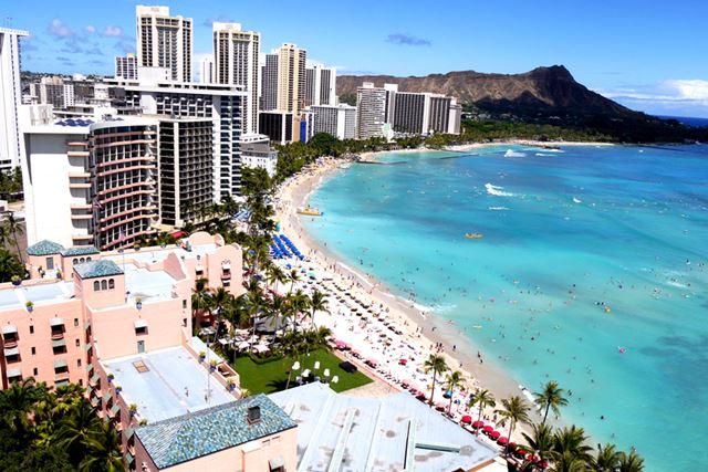 青い空、白い雲。常夏のハワイと言えば、このようなイメージですが……