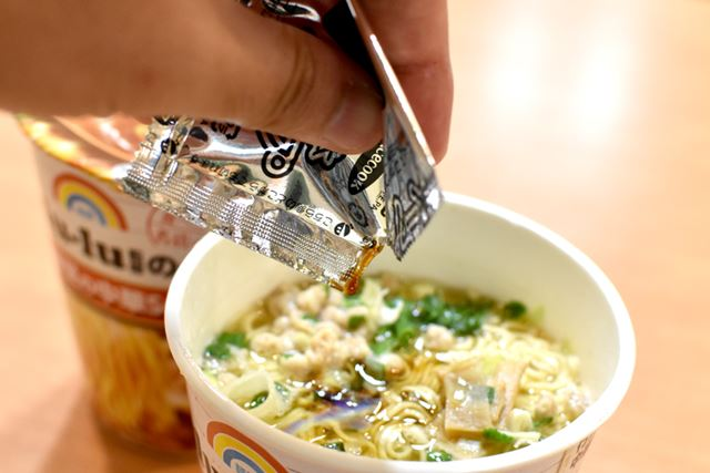 別添の液体スープを加えて、鶏の旨みと、柚子の爽やかさをより感じられる一杯に仕上がります