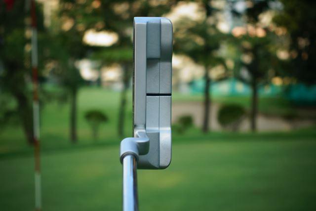 これがピン型パター。スクェアな四角いヘッドで目標にも構えやすく作られています
