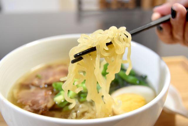 麺はモチモチとした食感。スープとよく絡む縮れ麺です